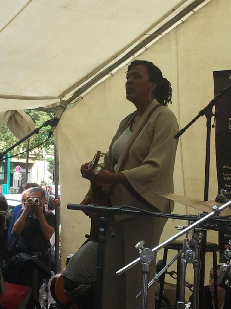 L'amie Ilène Barnes, Chanteuse américaine